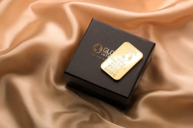 zlatá placka na krabičce